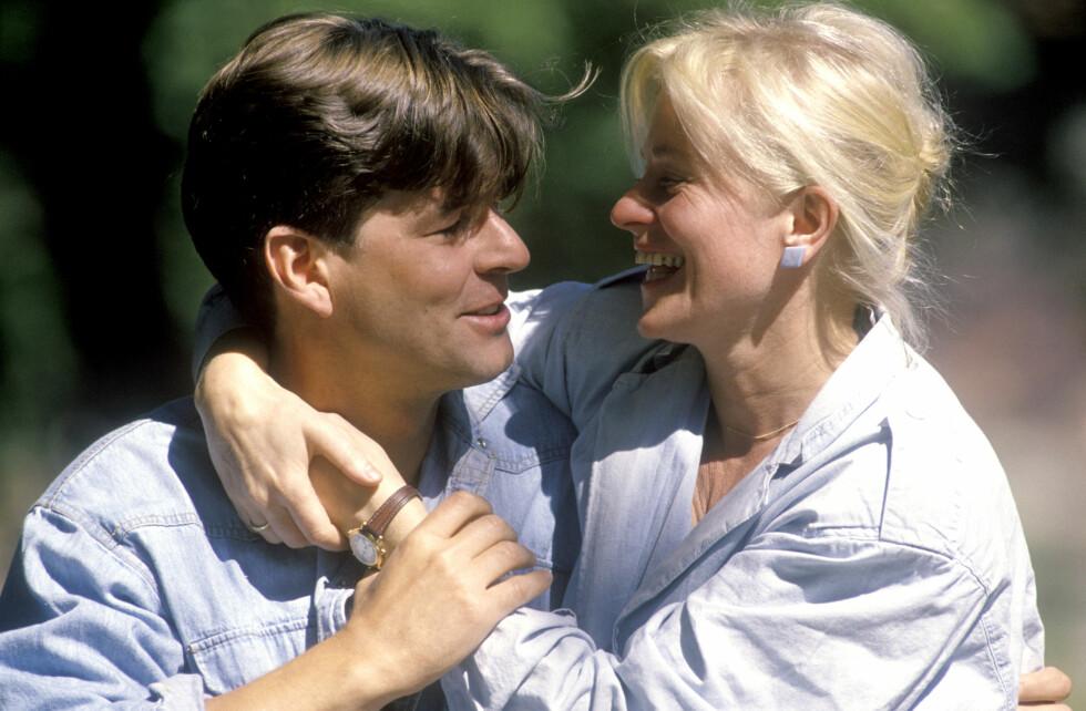 <strong>MODEN KVINNE:</strong> Det er 10 år som skiller skuespillerparet Anne Marie Ottersen og Lasse Lindtner aldersmessig. - Vi fikk litt panikk begge to, for det var jo ti år mellom oss - «den gærne veien» som folk sa den gang. Jeg sa til meg selv: Han er 30 og ser ut som Adonis, jeg er 40 og kommer alltid til å være «hun gamle», fortalte Anne Marie til Dagbladet Magasinet i 2014. Dette bildet er tatt kort tid etter at de to giftet seg sommeren 1990. Foto: NTB Scanpix