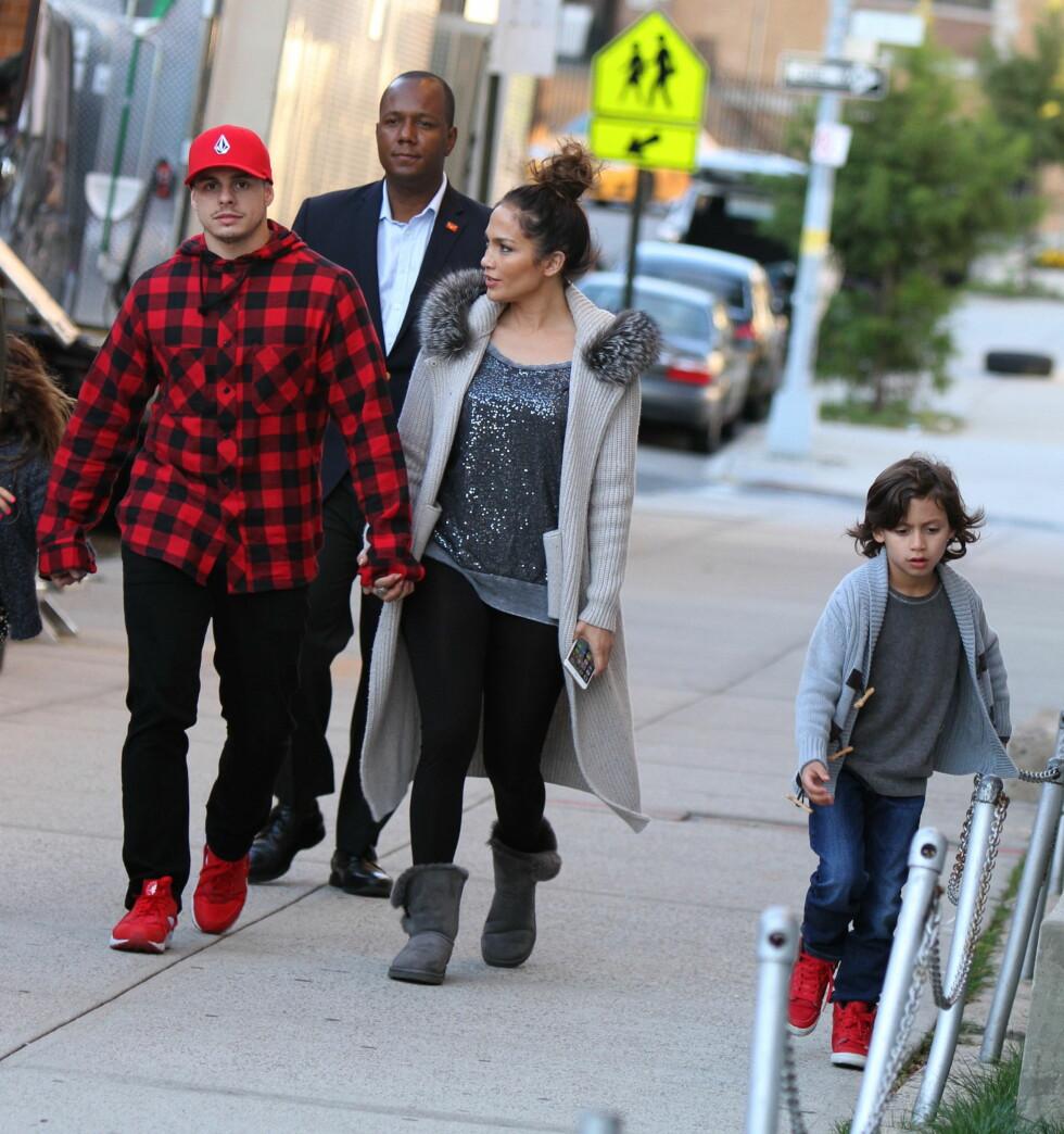 <strong>18 ÅRS FORSKJELL:</strong> Artist og skuespiller Jennifer Lopez (46) er kjæreste med den unge danseren Casper Smart (28). Her med hennes sønn Maximilian (7).  Foto: NTB Scanpix