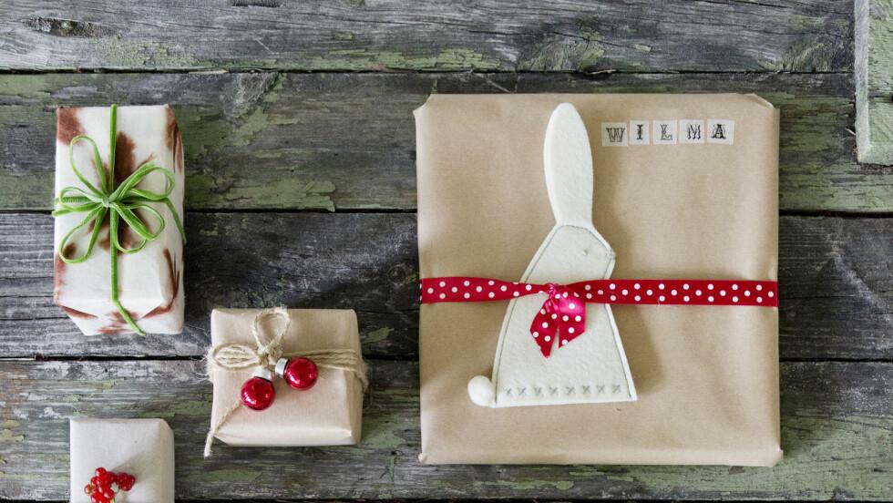 EKSTRA FINE JULEGAVER: Granbar og julekuler hører med når du skal pakke inn julegaver til dine nære og kjære.  Foto: Yvonne Wilhelmsen