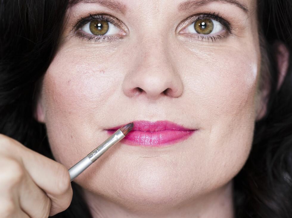 ROSA LEPPESTIFT: Påfør leppestiften med pensel for mest mulig nøyaktighet.  Foto: Astrid Waller