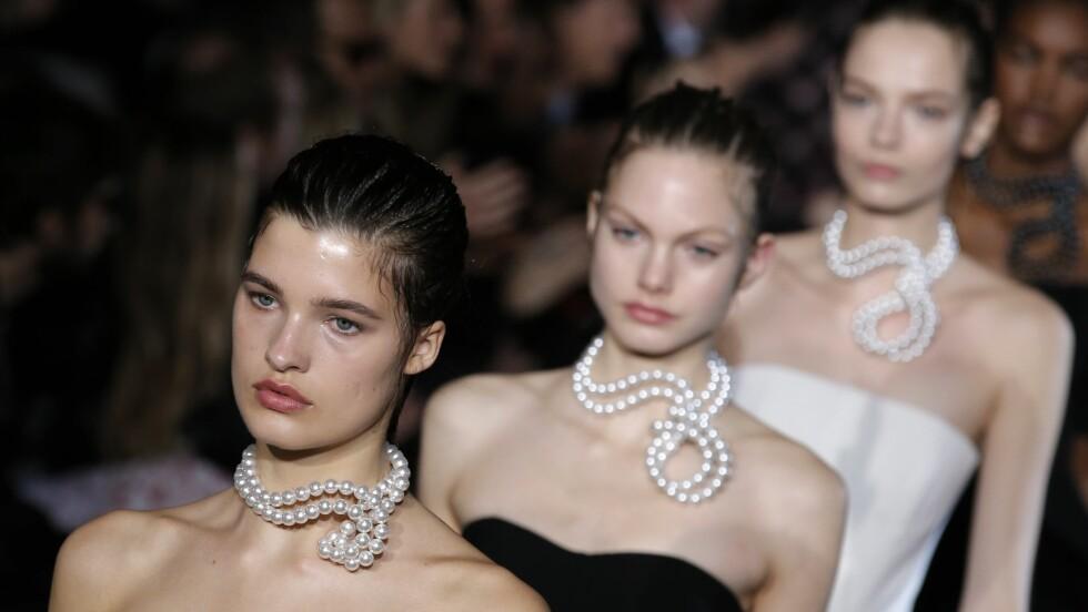 PERLER: Modellene bar store perlekjeder rundt halsen da Stella McCartney viste frem sin kolleksjon vår høst/vinter 2015. La deg inspirere av henne og de andre designerne som gikk for perler denne sesongen! Foto: Ap