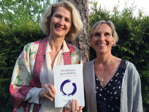 NYTTIG BOK: Psykolog Katinka Thorne Salvesen ( t.v.) og traumeterapeut Malin Wästlund har gitt ut boken «Mindfulness og medfølelse – en vei til vekst etter traume» (kr 349, Pax forlag). Foto: Modum Bad