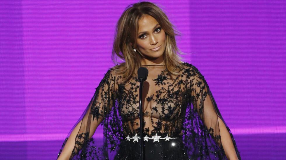 VERT: Det var Jennifer Lopez som var vert under nattens American Music Awards, og som seg hør og bør var hun gjennom flere antrekksskift. Foto: Reuters