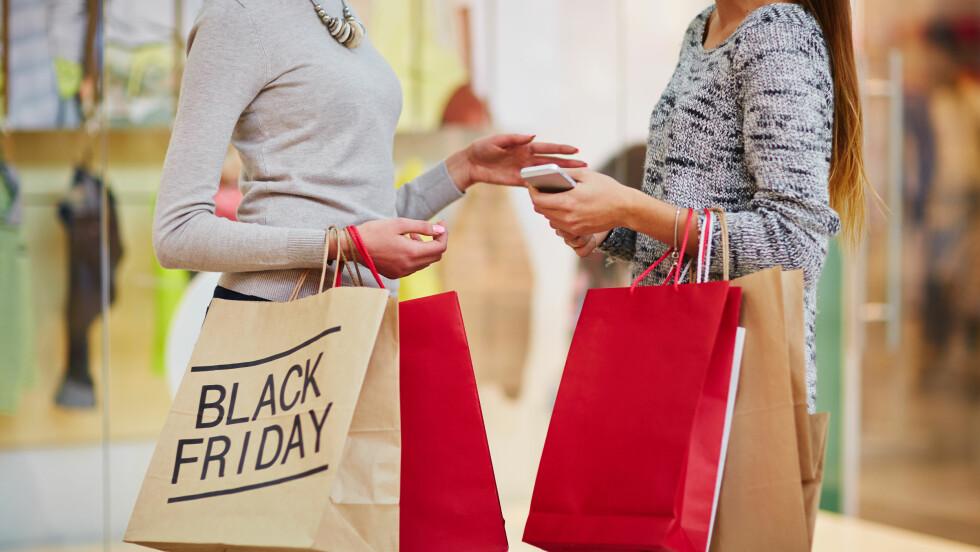 BLACK FRIDAY: Det er dagen etter Thanksgiving og dette feirer amerikanerne med et skikkelig salg. Denne salgstradisjonen har de norske butikkene også begynt med. Derfor har vi samlet sammen de beste kuppene du kan finne i dag på Black Friday. Foto: Shutterstock / Pressmaster