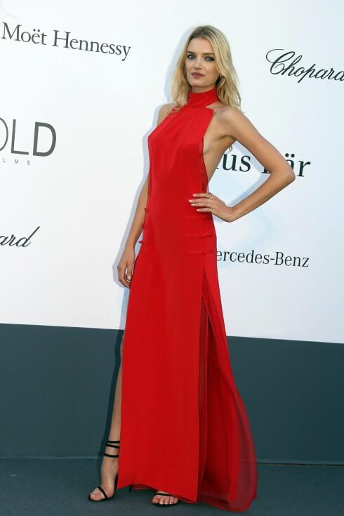 <strong>LEKKER I RØDT:</strong> La deg inspirere av supermodell Lily Donaldson, og bytt ut den lille sorte med en rød kjole på julebordet i år.   Foto: All Over Press