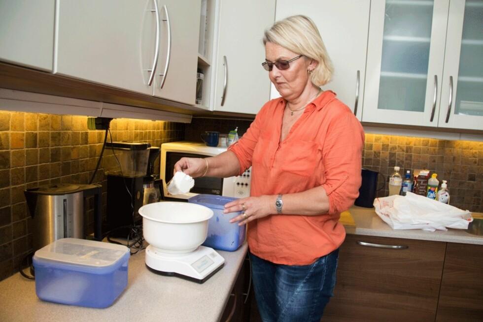 BURSDAGSKAKE: Bare noen dager etter at Mette var blitt blind, lagde hun bursdagskake med marsipanlokk. – Det gikk det også! Foto: Morten Eik