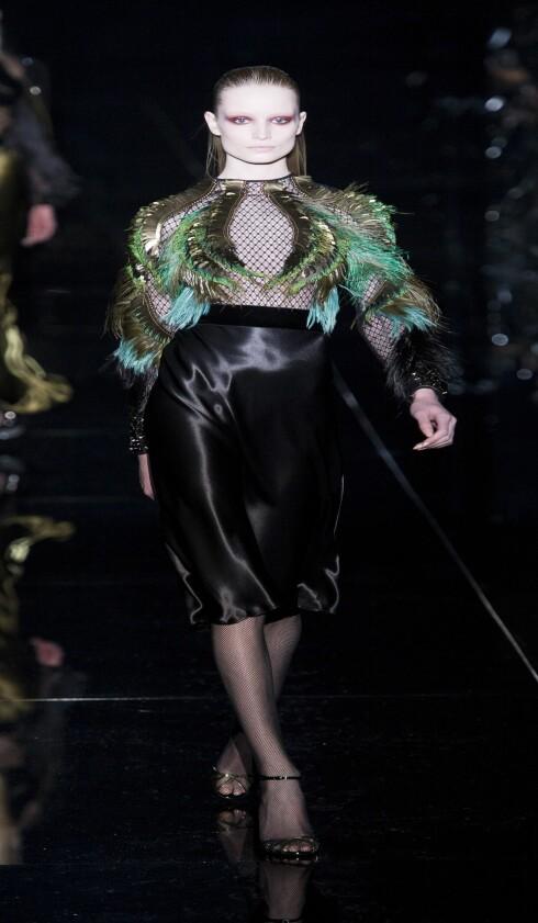 I TYNNE MATTE STRØMPER: På catwalken til Guccis visning av høstens festantrekk, gikk modellene i tynne strømpebukser. Foto: All Over PressAll Over Press