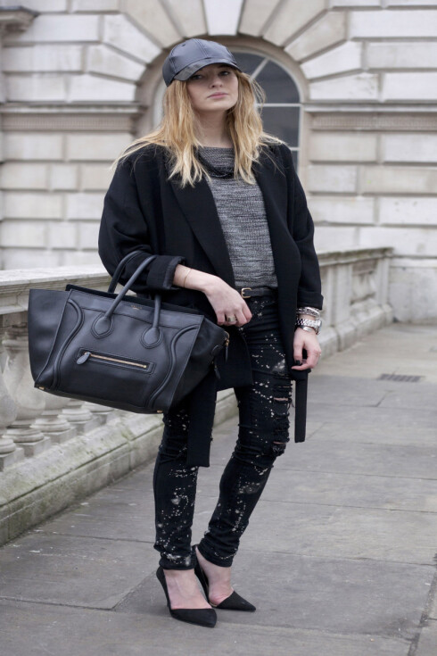 MED CAPS: Blogger Camille Charriere kombinerer her capsen sin med en jakke og pumps fra Zara, jeans fra Urban Outfitters, samt topp fra H&M og veske fra Celine.   Foto: All Over PressAll Over Press
