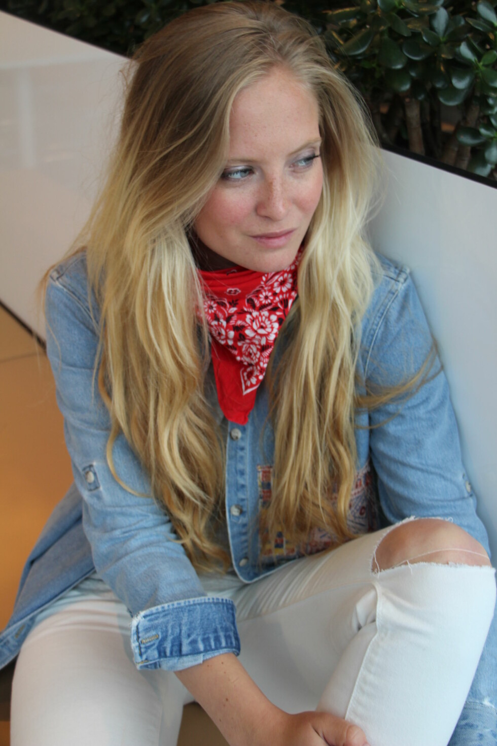 RUNDT HALSEN: Slik bruker Nathalie bandanaen rundt halsen. Foto: Malin Gaden