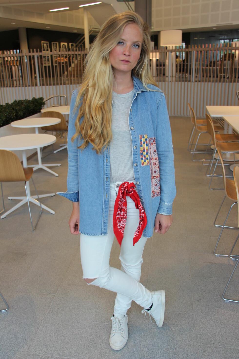 KNYT DEN FAST: Her har Nathalie festet den i jeansen. Foto: Malin Gaden