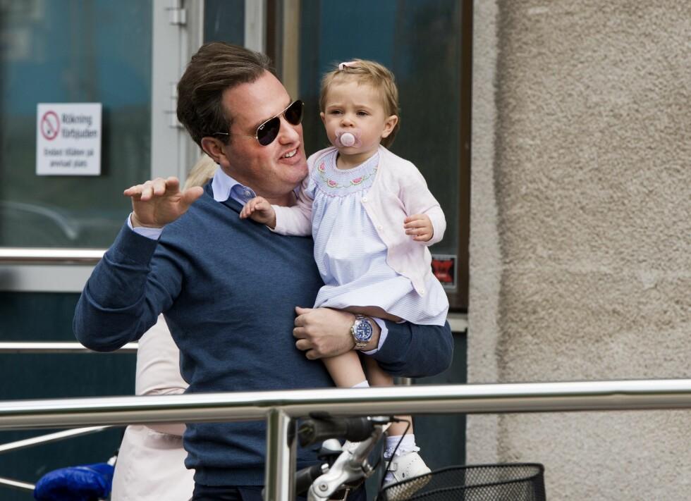 HILSTE PÅ LILLEBROR: Chris O'Neill tok med seg datteren prinsesse Leonore til Danderyds sjukhus for å hilse på familiens nyeste medlem, dagen etter fødselen, som fant sted 15. juni 2015. Foto: NTB Scanpix