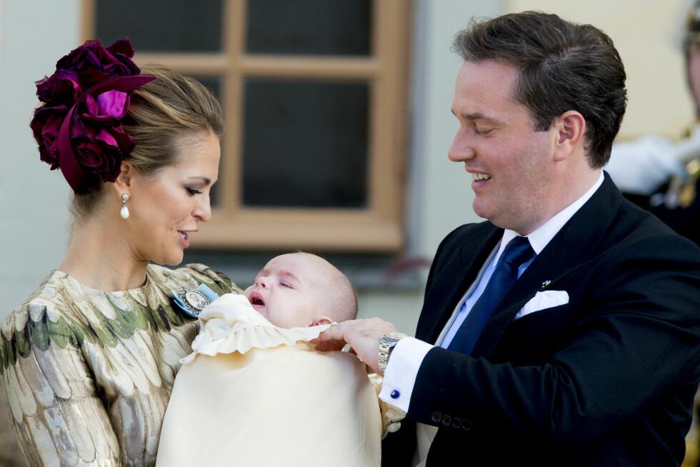 LYKKELIG TRIO: Prinsesse Madeleine og ektemannen Chris O'Neill på dåpsdagen til yngstebarnet prins Nicolas, utenfor Drottningholm slott i  Stockholm 11. oktober 2015. Foto: NTB Scanpix