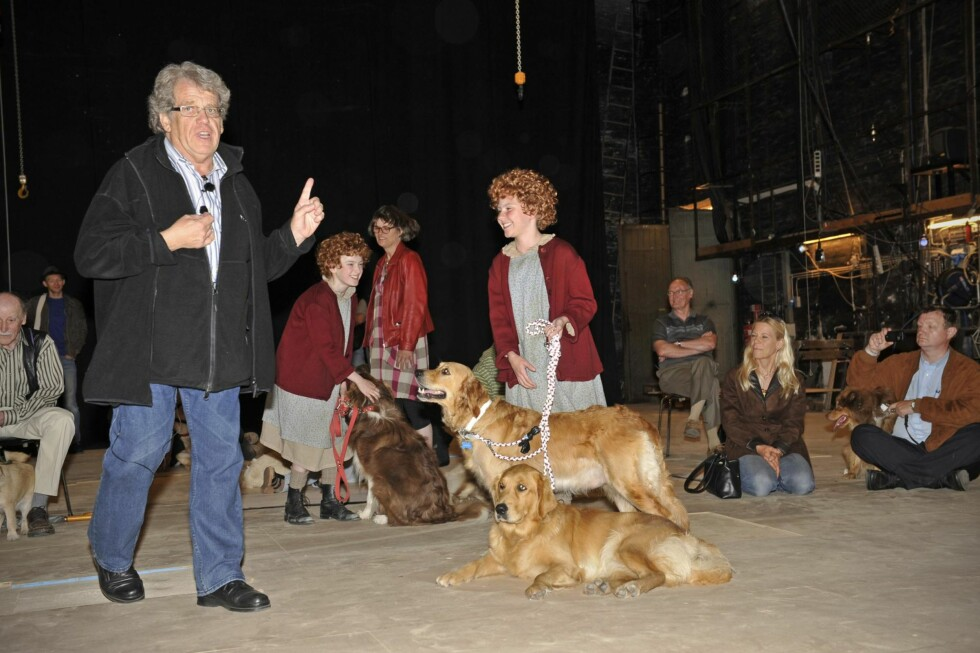 <strong>SKUESPILLERE:</strong> I 2011 var Ascha og Lina med i musikalen «Annie». Til venstre teaterinstruktør Daniel Bohr. Foto: All Over Press