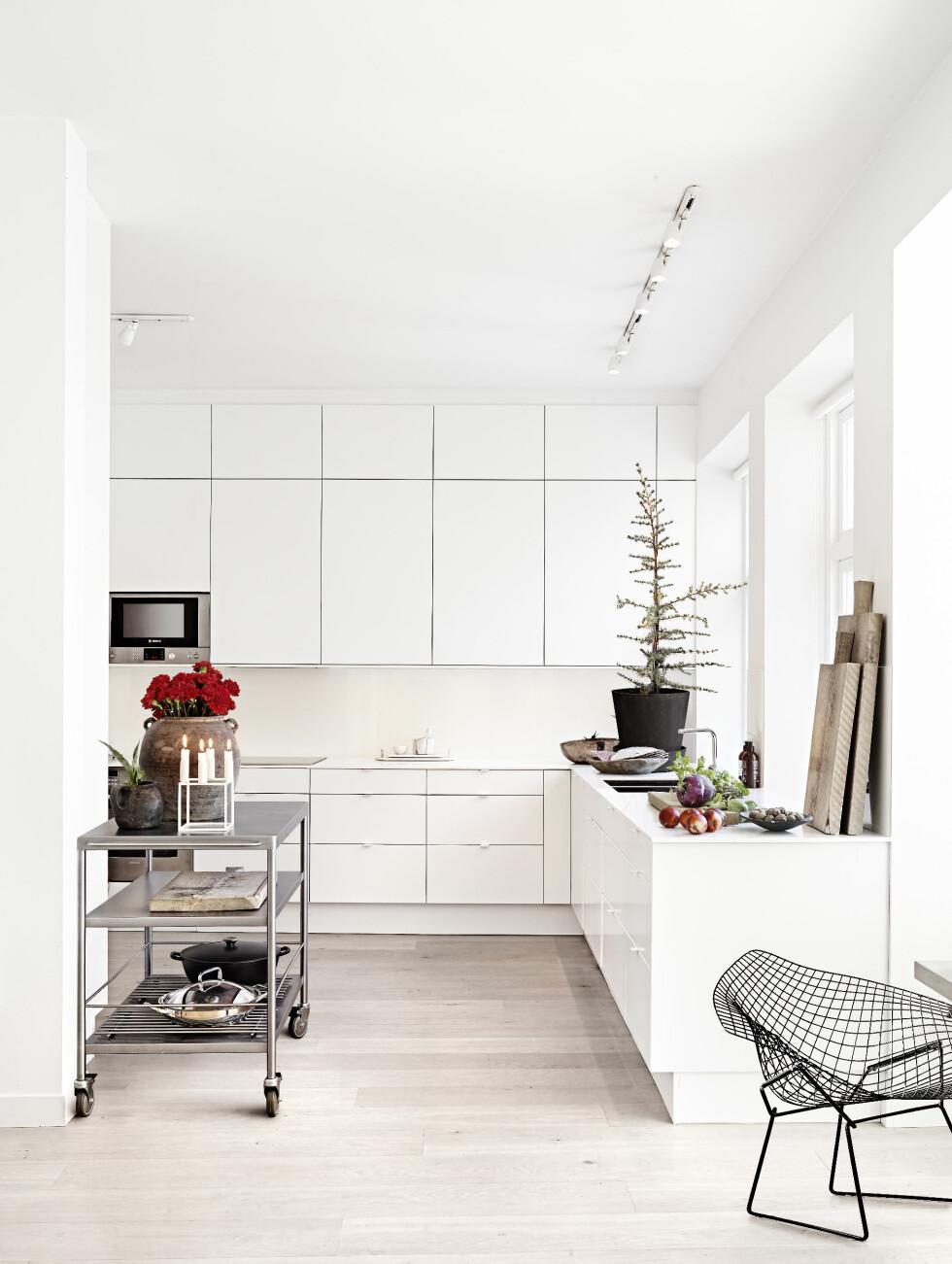 MINIMALISTISK: Et lite juletre trekker julestemningen opp på kjøkkenet. Innredningen er fra Ikea. Foto: Sara Svenningrud