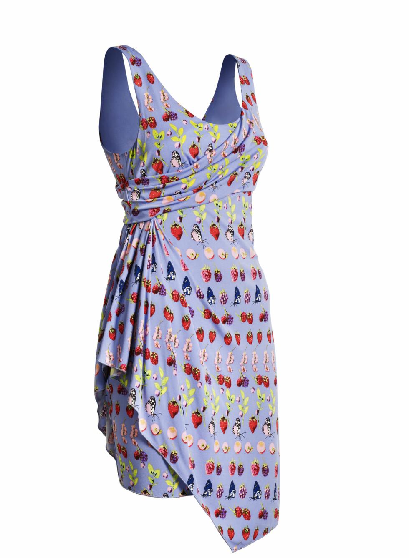 Draperinger gjør denne enkle kjolen både flatterende og lett å bruke. Foto: Produsenten