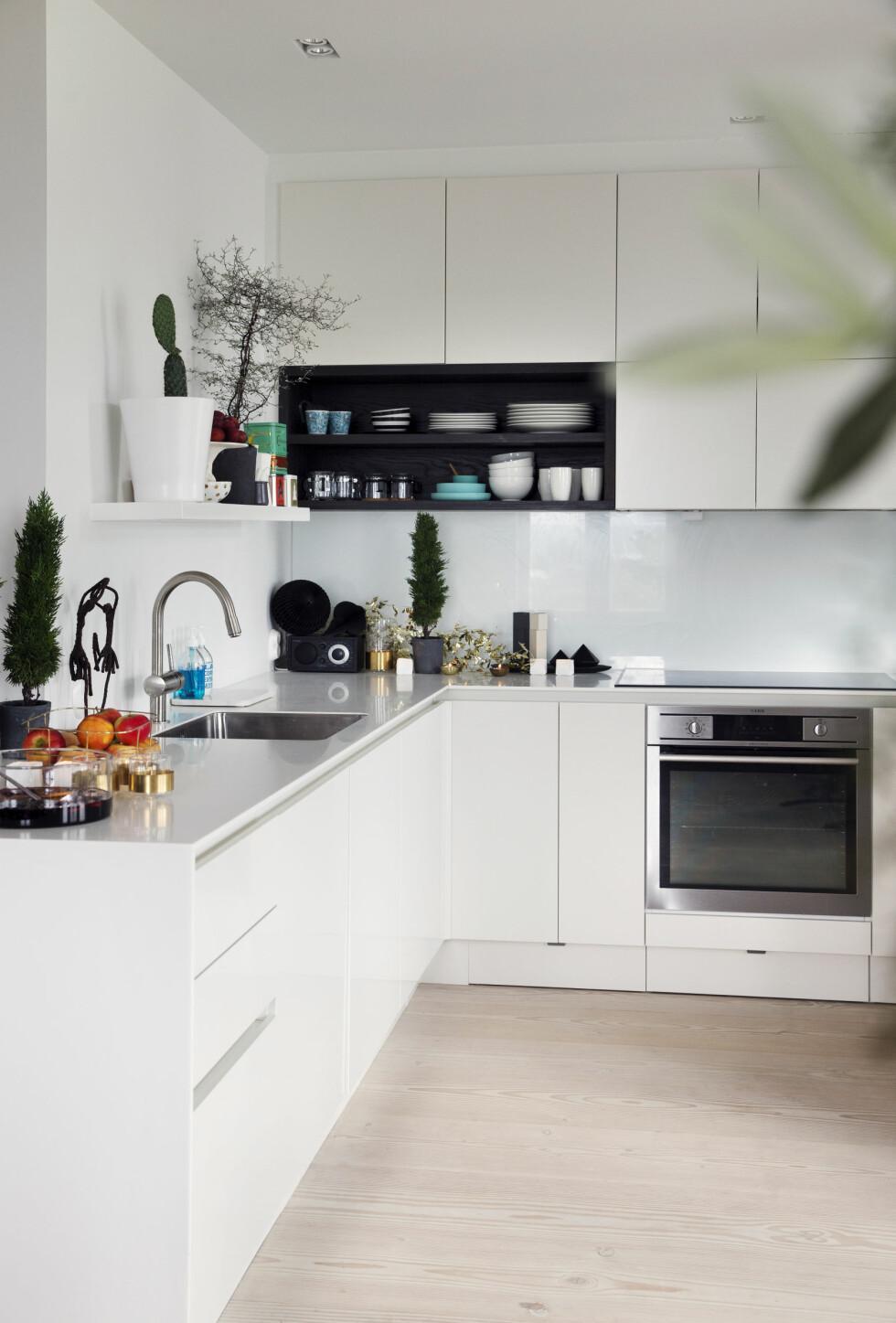 STILRENT KJØKKEN: Noe av det Sigrid er aller mest fornøyd med i leiligheten, er kjøkkenløsningen fra HTH. Foto: Yvonne Wilhelmsen