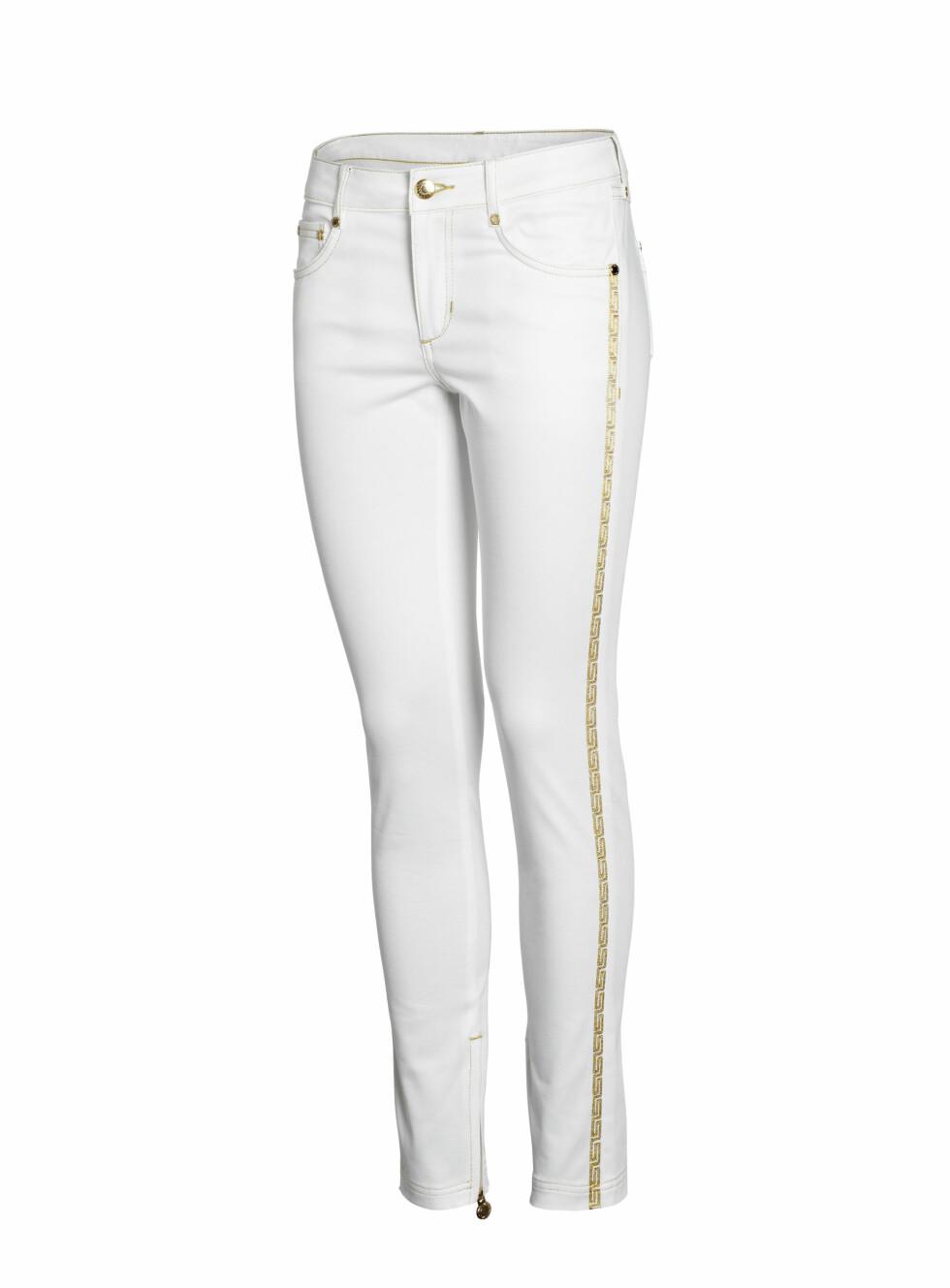 Gullenken på siden skiller denne hvite jeasen fra andre og sender klare Versace-vibber. Foto: Produsenten