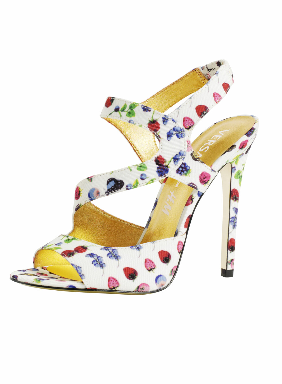 Høye hæler med Versace-mønsteret blir lekre med jeans og en enkel topp. Foto: Produsenten