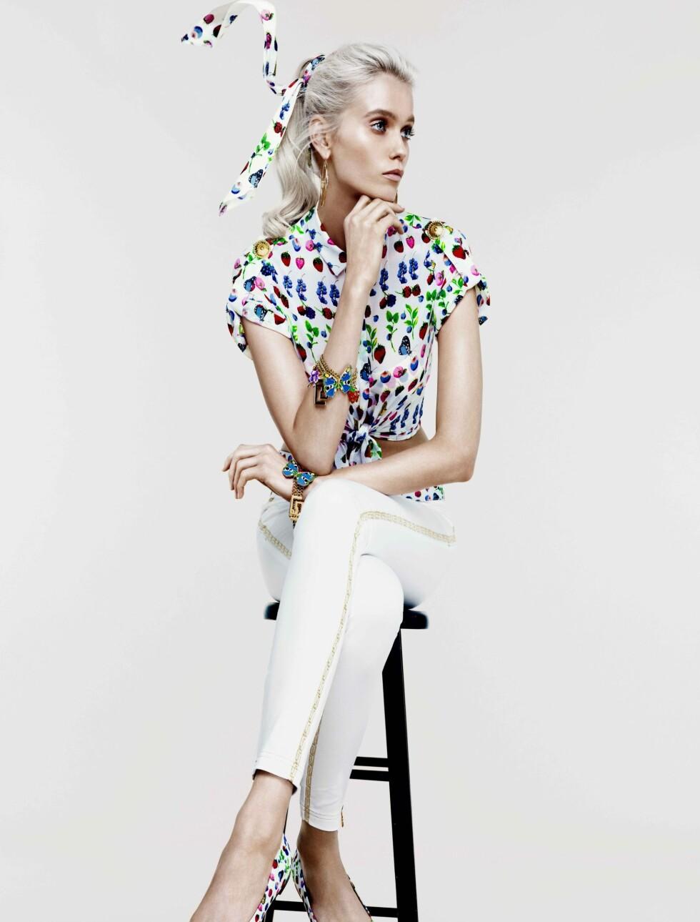 KLAR FOR CRUISE: Hvite jeans, ballerinasko og en kortermet bluse med Versace-mønsteret gir umiddelbar sommerfølelse, selv i januar. Foto: Produsenten