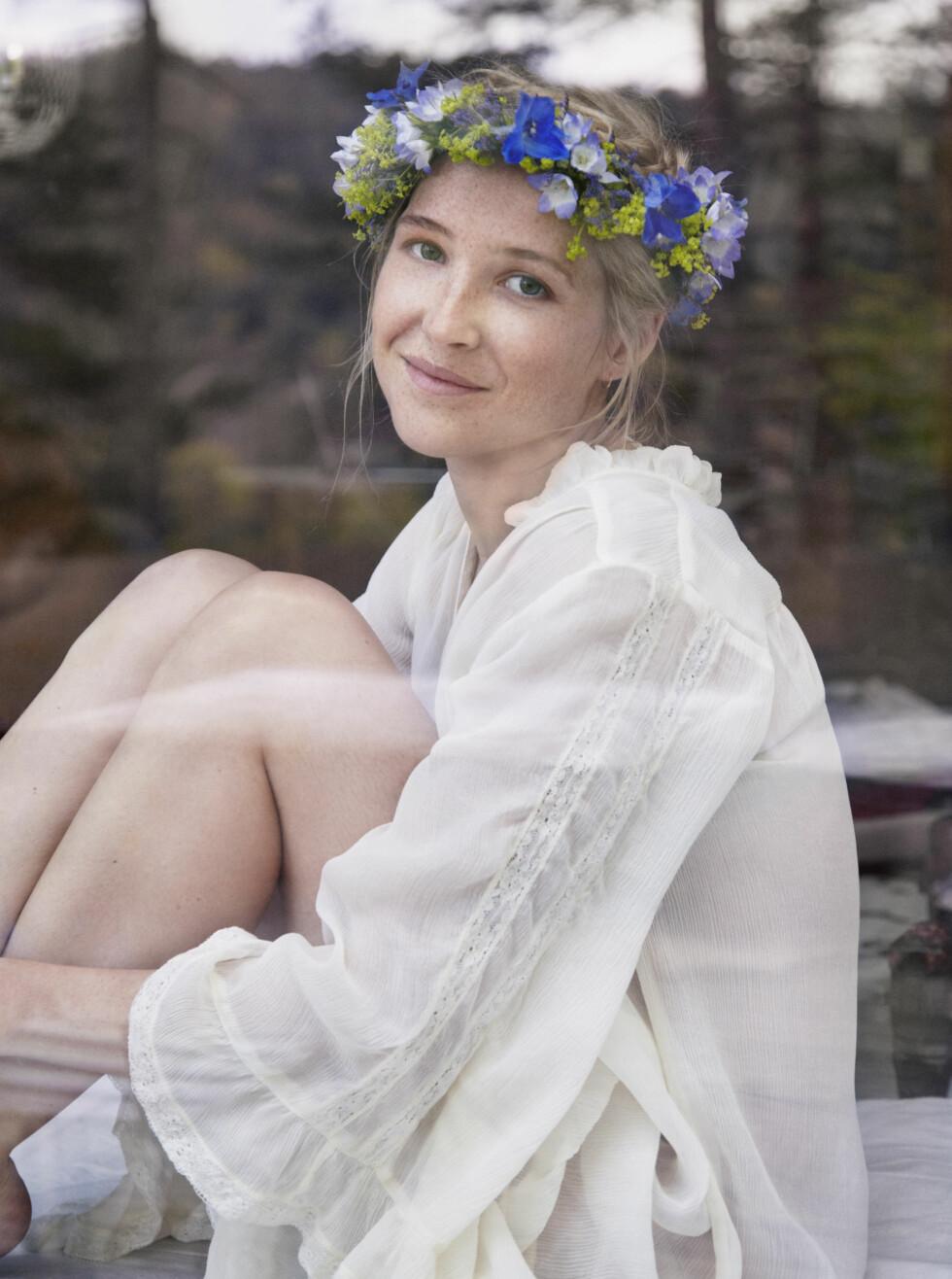 NOSTALGISK: Blomsterkransen minner Malin Pettersen (27) om Emil i Lønneberget.  Foto: Julie Pike, Mester Grønn