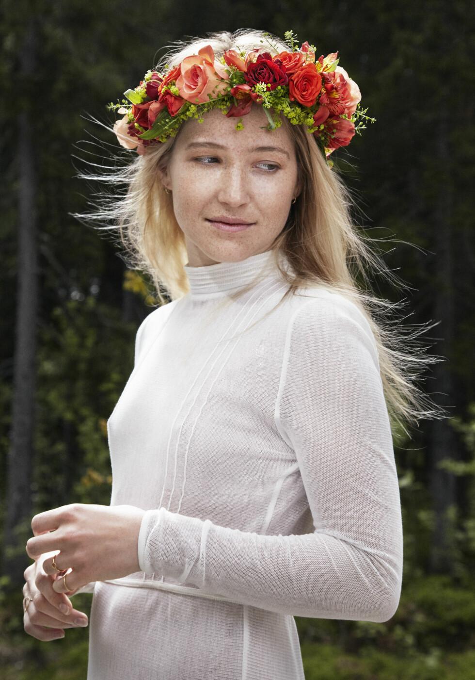 RØDE ROSER: Eksperimenter med farger i kransen! Foto: Julie Pike, Mester Grønn