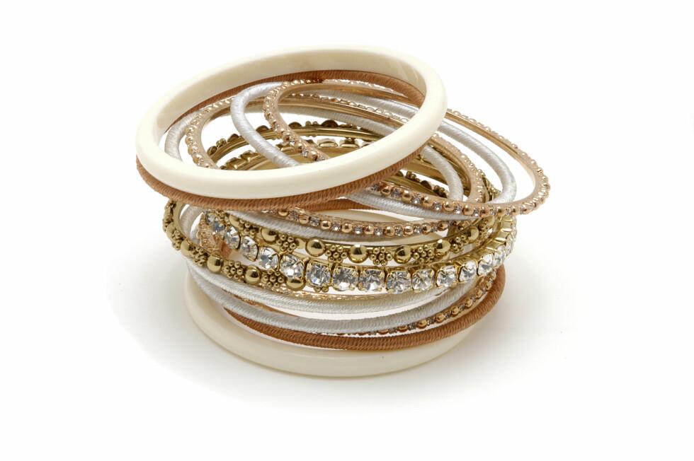 Armbånd i toner av gull, krem og hvitt med klare steiner, kr 899. Foto: Produsenten