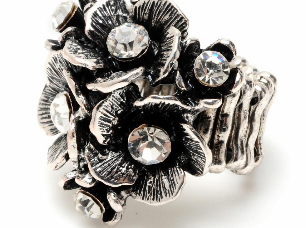Stor sølvforgylt cocktailring med blomster og steiner, kr 799. Foto: Produsenten