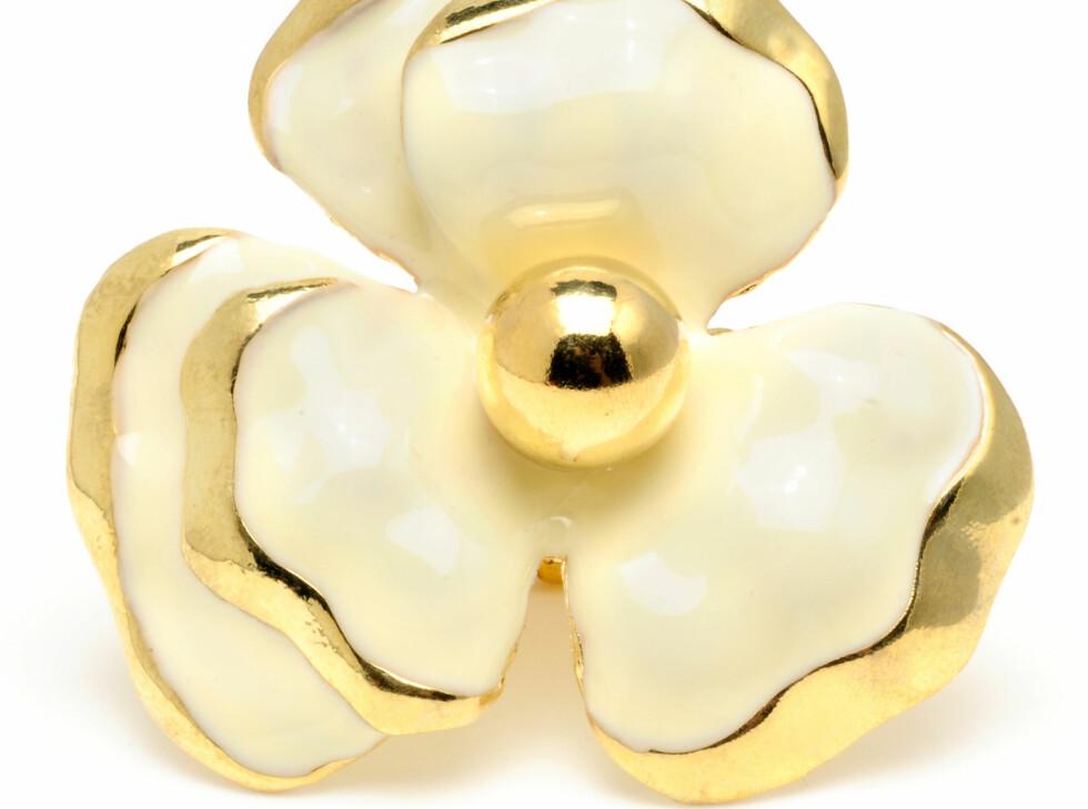 Blomsterring i gull og elfenben, kr 799. Foto: Produsenten
