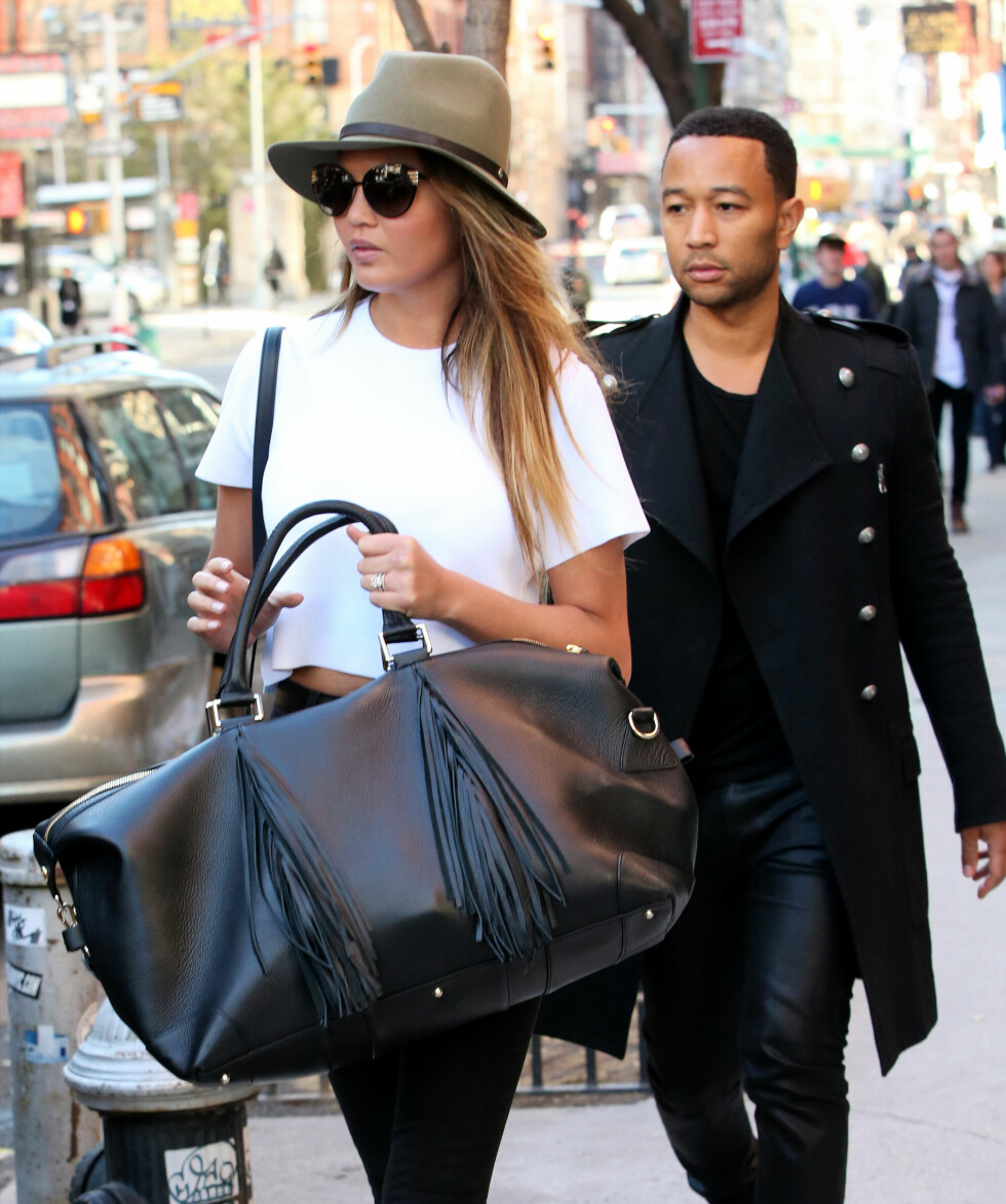 Den halvt norske modellen Chrissy Teigen og mannen hennes artist John Legend var på sjopping i New York, og Chrissy satte prikken over i-en i sitt svart-hvite antrekk med en kul hatt.  Pictured: Chrissy Teigen and John Legend Ref: SPL974231  120315   Picture by: Christopher Peterson/Splash News  Splash News and Pictures Los Angeles:	310-821-2666 New York:	212-619-2666 London:	870-934-2666 photodesk@splashnews.com  Foto: All Over