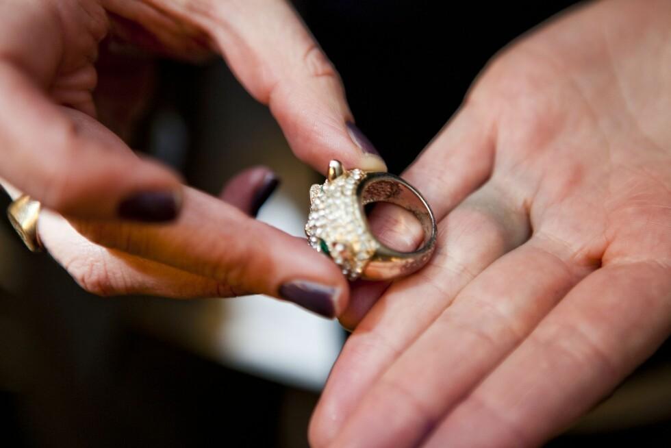 GRØNN STRIPE: Grunnen til at du kan oppleve å få «grønn finger» av ringen din, er blant annet at metallet i «rimelige» smykker reagerer med syren i svetten din, og det danner seg salter. Foto: Per Ervland