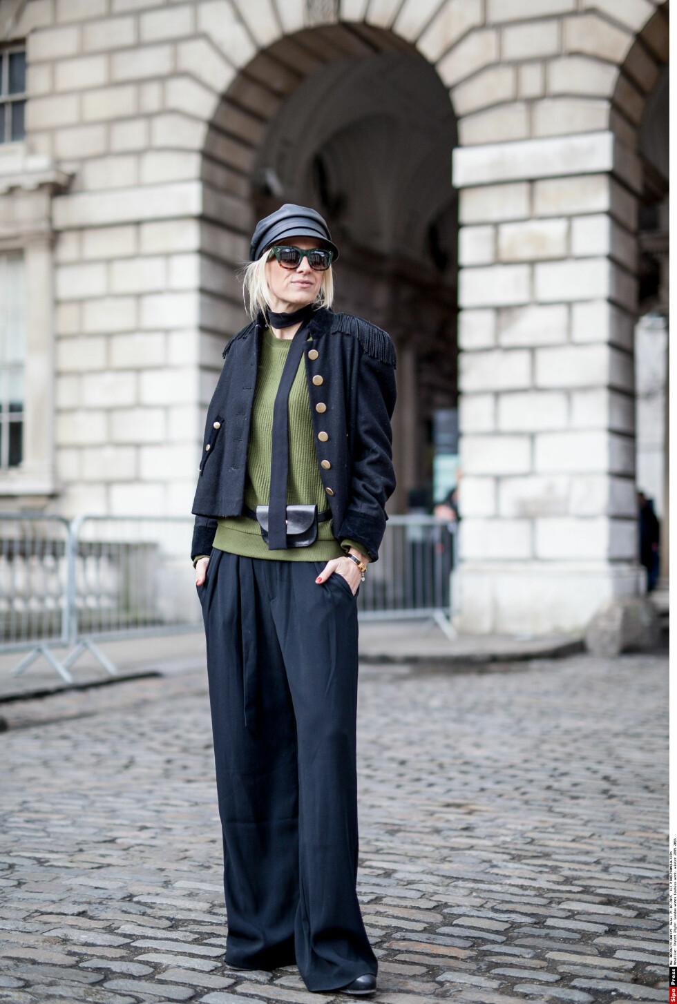 <strong>HAR KASTET SEG PÅ TRENDEN:</strong> Stylemags tidligere redaktør Celine I. Aagaard i oliven og sort, med et tynt skjerf rundt halsen under moteuken i London nylig. Foto: PIXELFORMULA/SIPA/All Over Press
