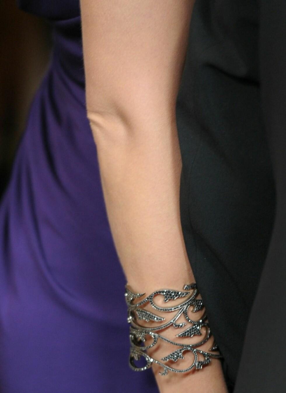 Skuespiller Joanna Garcia med glitrende sølvarmbånd til lilla silkekjole. Foto: All Over Press