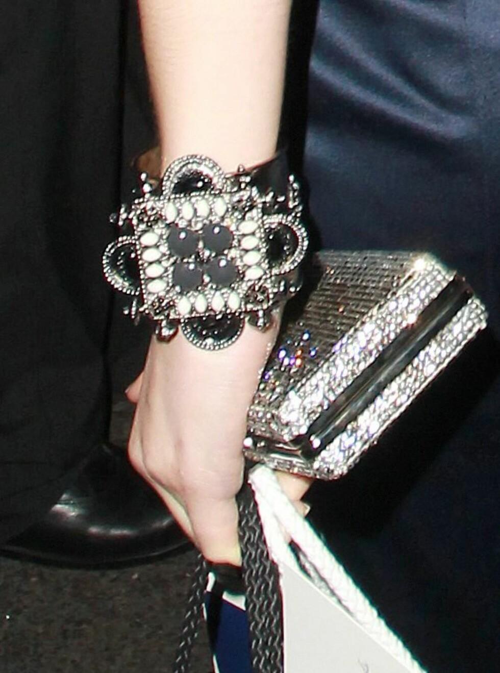 Skuespiller Emma Watson på BAFTA-fest i glitrende rocka armbånd.  Foto: All Over Press