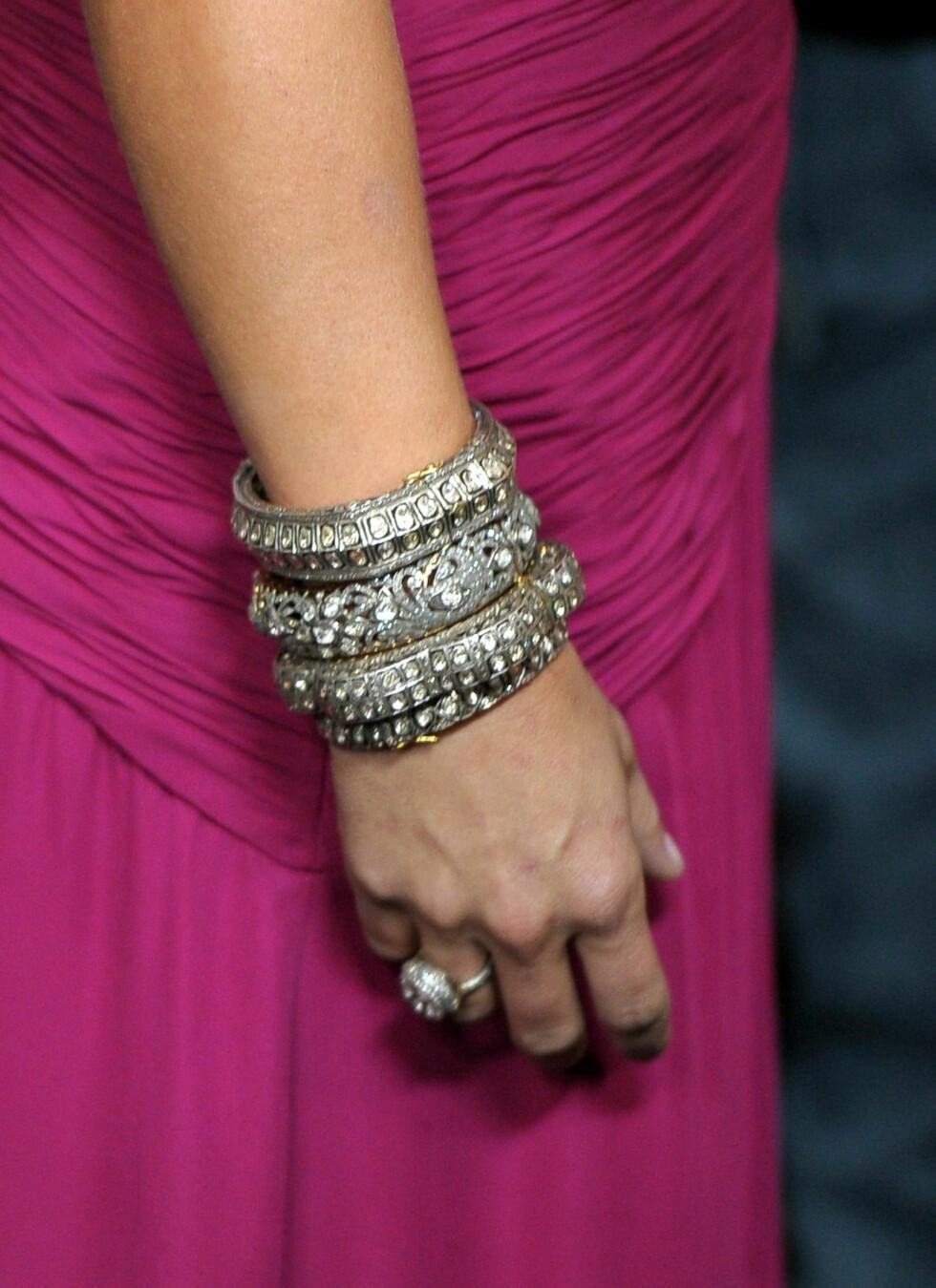 Artist Miranda Lambert i glitrende armbånd til rosa kjole med draperinger.  Foto: All Over Press
