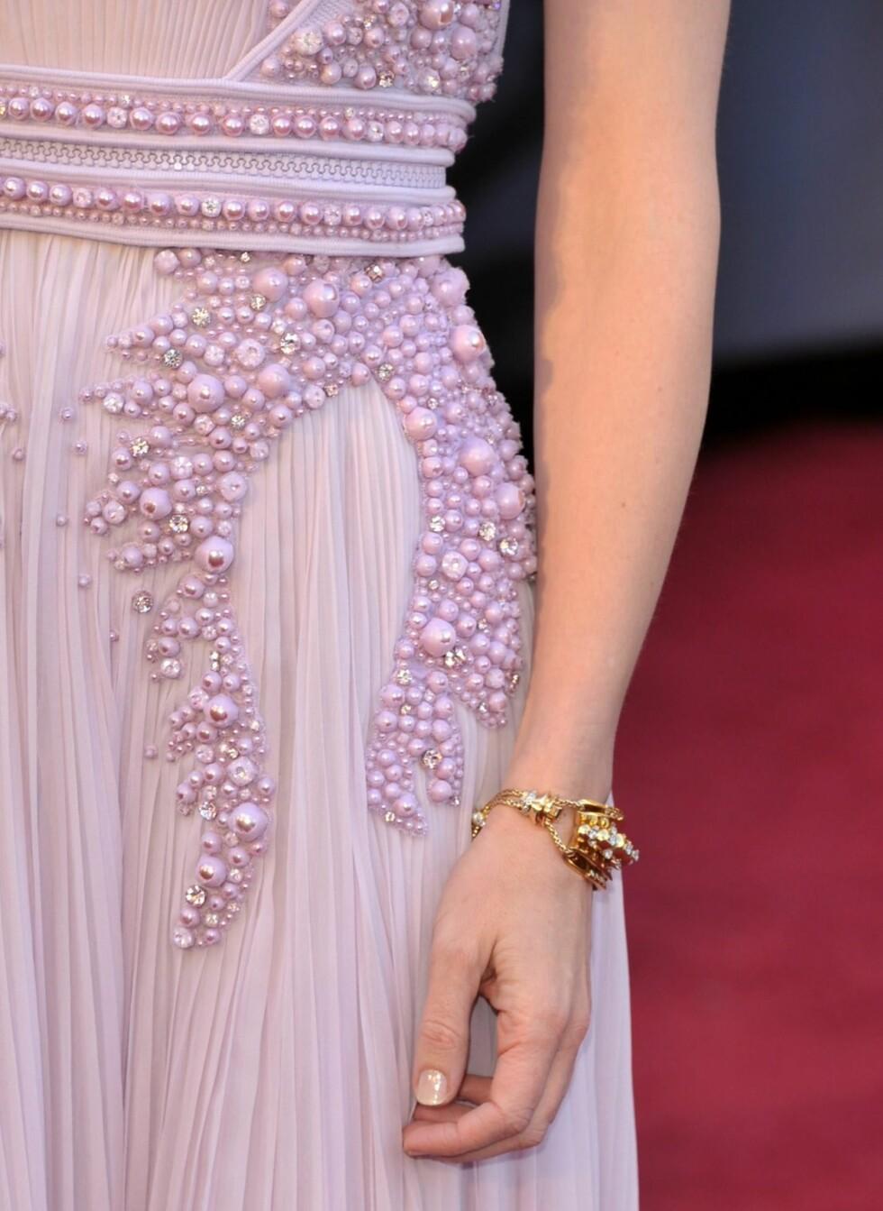 SMYKKET REDDET ANTREKKET: Det var mange som mente at det så ut som  en baby hadde gulpet utover den fiolette kjolen til skuespiller Cate Blanchett på Oscar-utdelingen - men ingen var uenige om at gullarmbåndet simpelthen var helt nydelig.  Foto: All Over Press