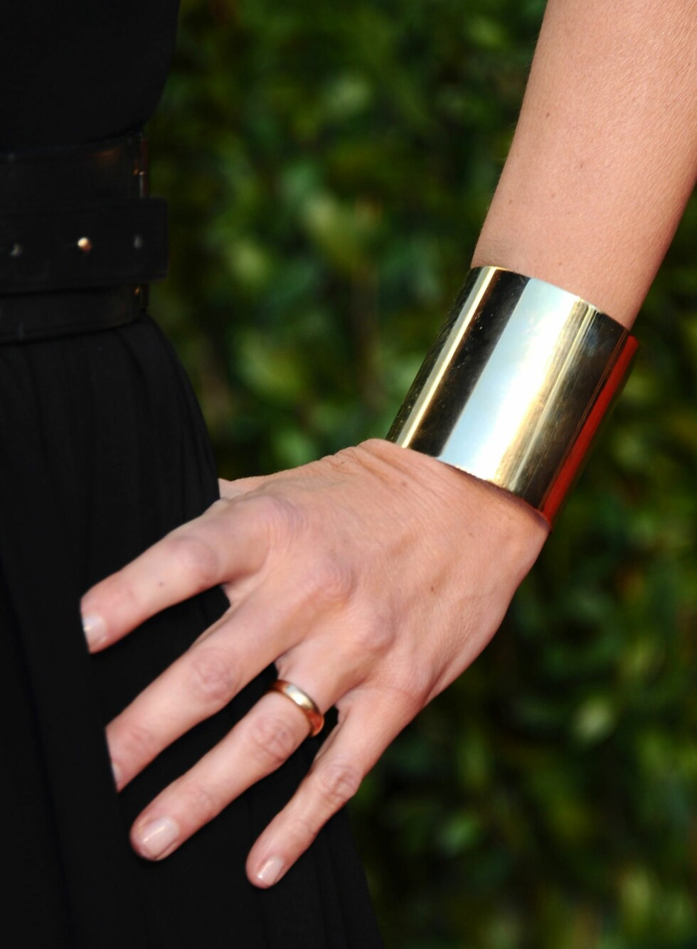 Skuespiller Kelly Lynch topper sin lille sorte med et bredt sølvarmbånd. Foto: All Over Press