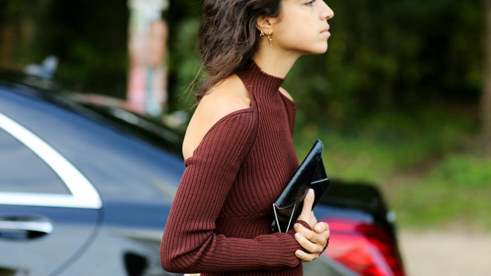 LOMMEBOKEN: Leandra Medine imponerer gang på gang med sin superkule stil. Her går hun for tilbehør som kan fungere både som clutch og lommebok. Foto: Abaca