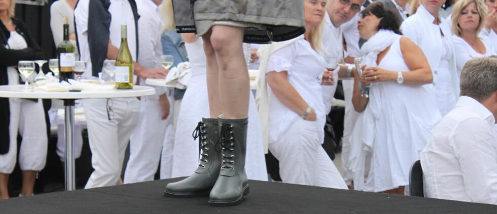 HALVHØY MODELL: Olivengrønn Ilse Jacobsen-støvel på catwalken i Hornbæk. Foto: Cecilie Leganger