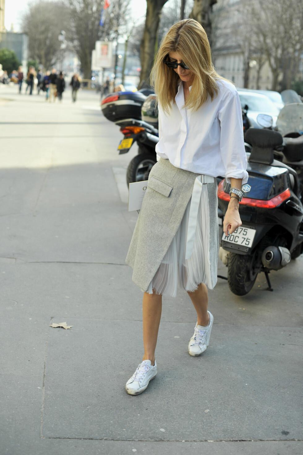 STAPP: Ta hele skjorten, eller bare litt av den, og stapp ned i skjørtet, buksa eller shortsen. Foto: DPA