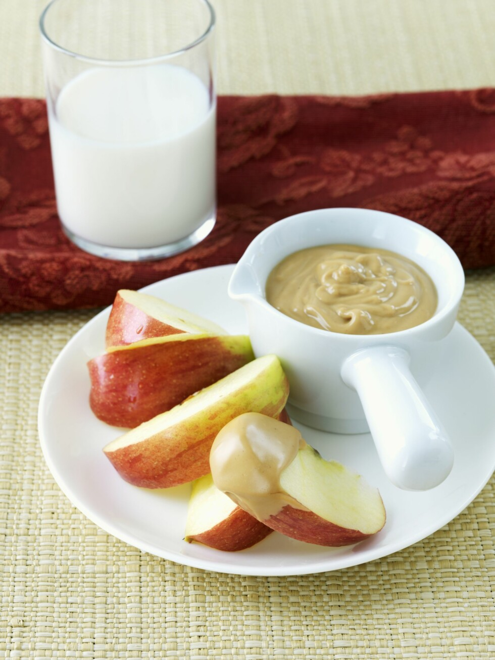 EPLE MED PEANØTTSMØR: Epler og peanøttsmør er en super kombinasjon.  Foto: Scanpix