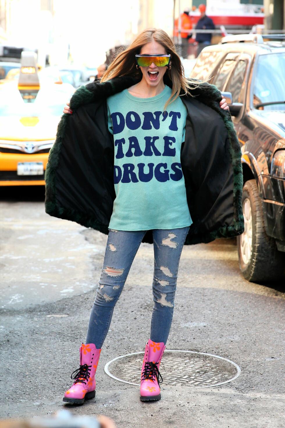 Chiara Ferragni bak superbloggen 'The Blonde Salad' i et sporty og lekent antrekk med overdimensjonerte solbriller under moteuken i New york.  Foto: All Over