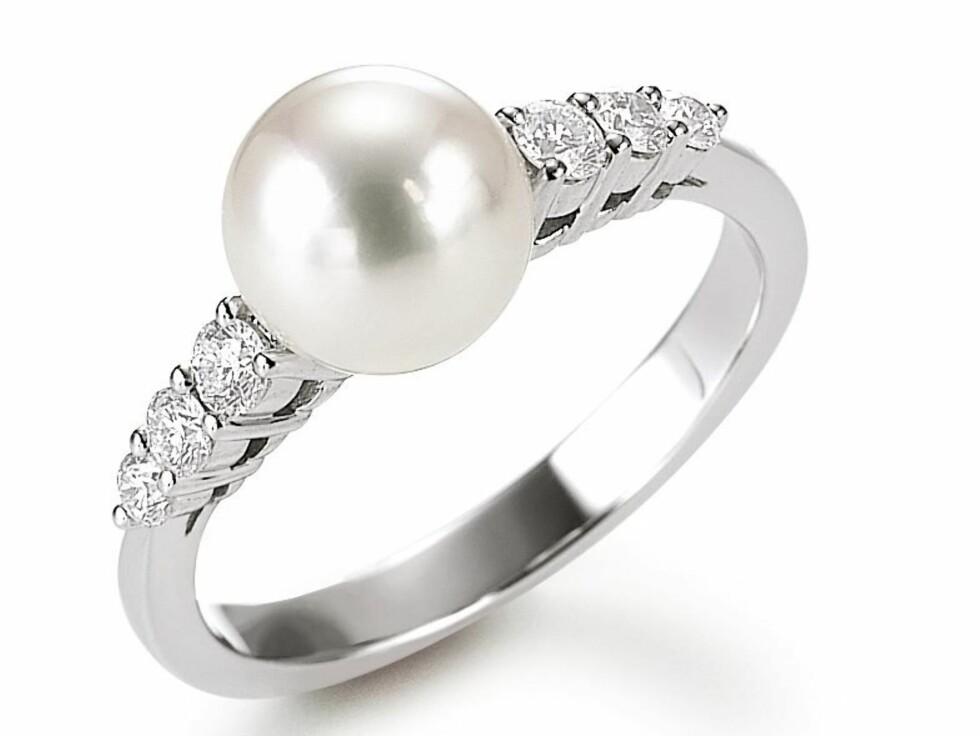 Mikimoto ring med én kulturperle 8-8,5 mm og diamanter (totalt 0,31 ct), kr 16.155,- hos Mestergull.  Foto: Produsenten