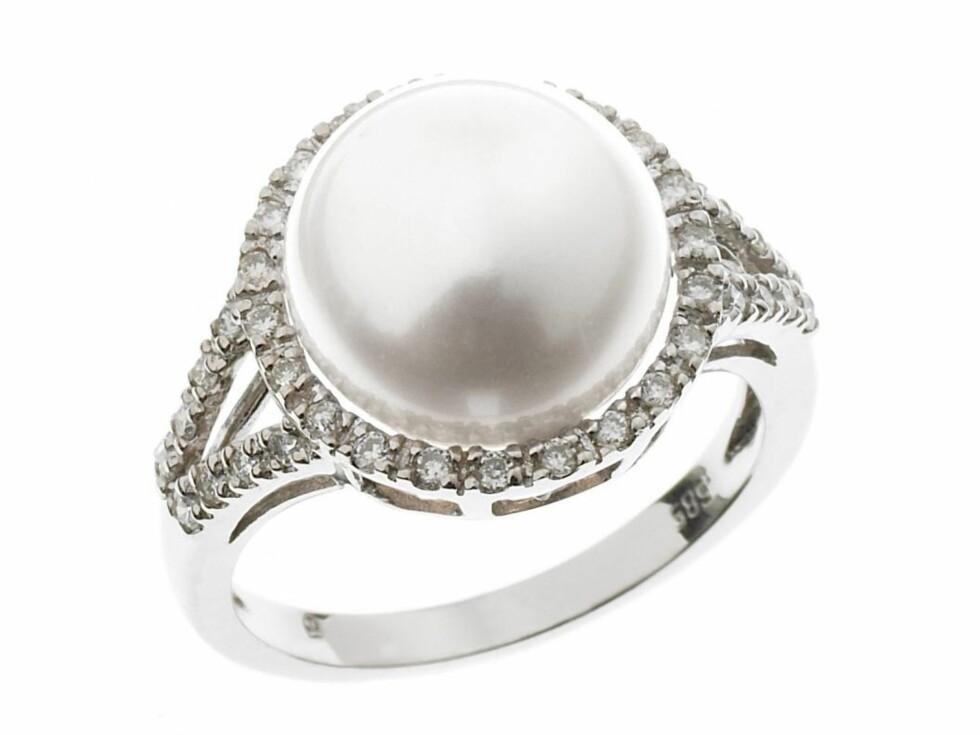Ring i gull med ferskvannsperle omkranset av diamanter, fra Thune, kr 5595. Foto: Produsenten