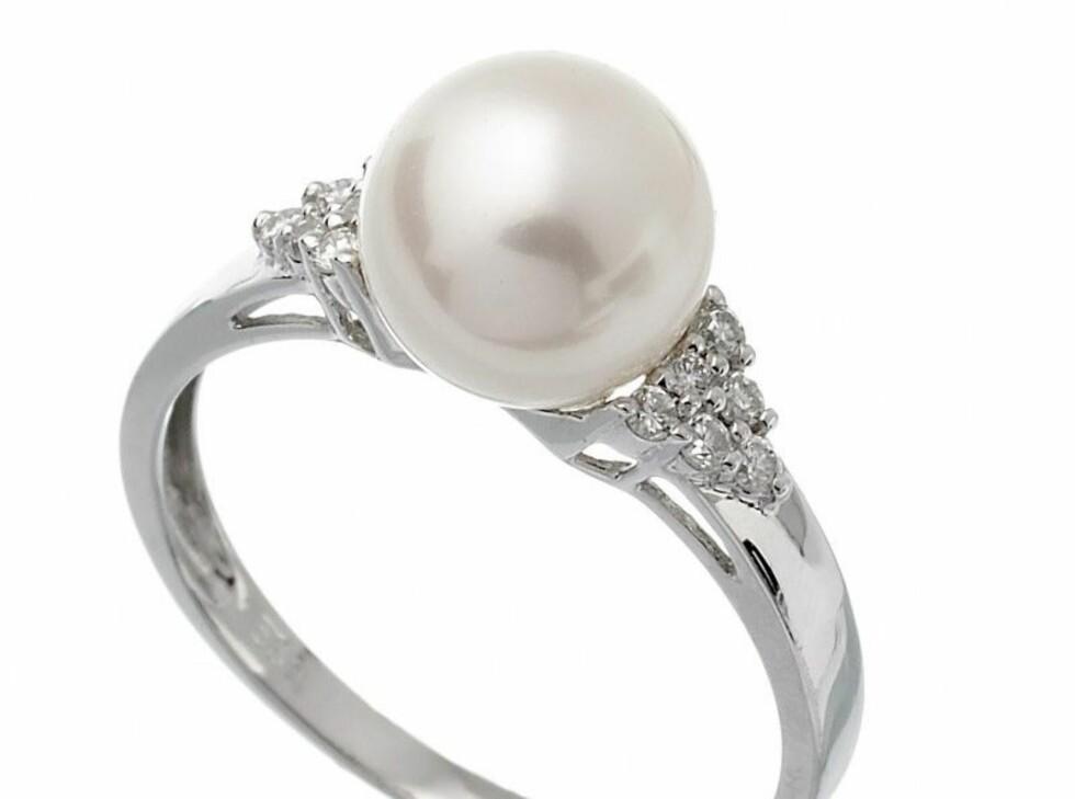 Ring i hvitt gull med ferskvannsperle og diamanter, fra Thune, kr 3695. Foto: Produsenten
