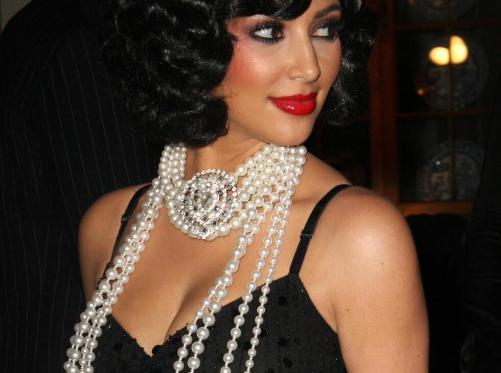 OVERFLOD: Kim Kardashian er åpenbart glad i perler. Mon tro om hun vet hun bør tørke av dem etter bruk... Foto: All Over Press