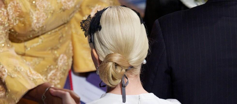 NYDELIG TIL DEN LØST OPPSATTE HÅRKNUTEN: Kronprinsessen har bundet den sorte blomsterhårbøylen under den løse romantiske knuten.  Foto: All Over Press
