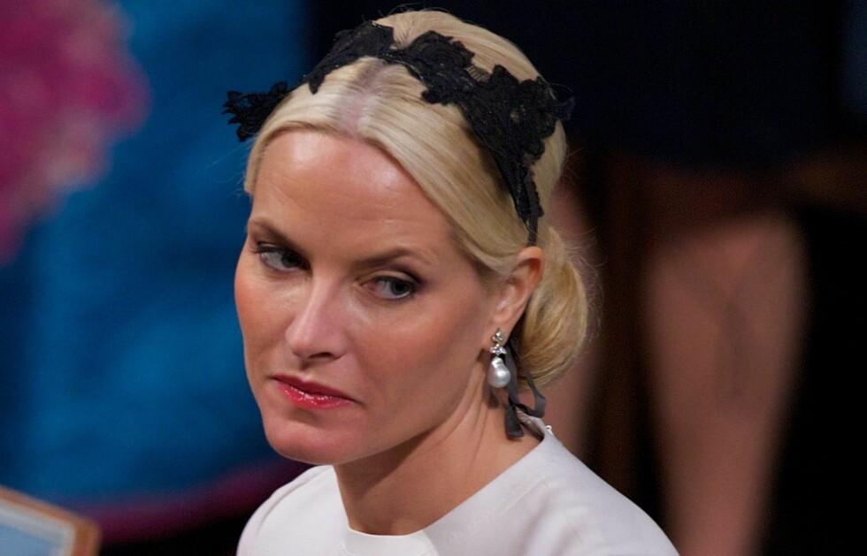 TRENDY SOM ALDRI FØR: Kronprinsesse Mette-Marit valgte en svart hårbøyle som spennende kontrast til den kremhvite Valentino-kjolen under utdelingen av Nobels fredspris. Foto: All Over Press