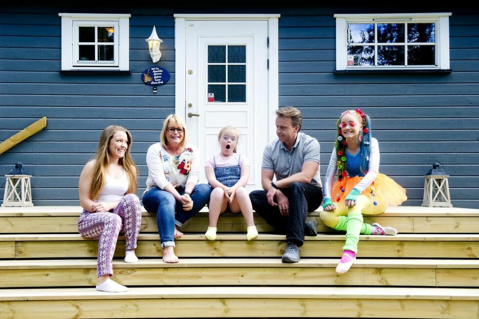 FAMILIEN: Familien samlet på trappa utenfor hjemmet i Eidsvoll. Fra venstre: Selene (17), Tove, Angelika (9), Stein Erik og Aurora (13) – som har kledd seg opp til «bad taste party». Foto: Jon Olav Nesvold/NTB-Scanpix