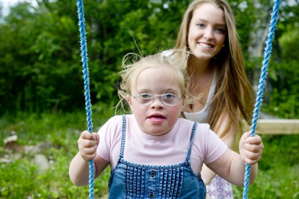SØSKENKJÆRLIGHET: – Jeg er så stolt av søsteren min, sier Selene om Angelika.  Foto: Jon Olav Nesvold/NTB-Scanpix