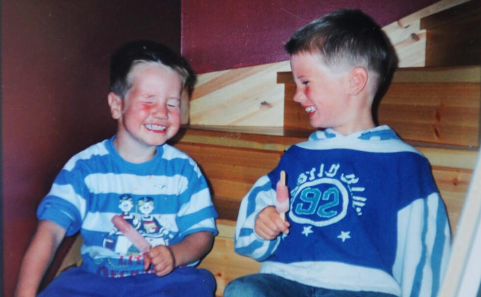 EN SOMMERDAG I 1996: Robert (t.v.) og Christopher (t.h.). Tatt i trappa hjemme på Kløfta, der de bodde fra 1994–2001.  Foto: Privat